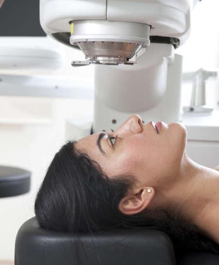 Девушка перед операцией на глаза