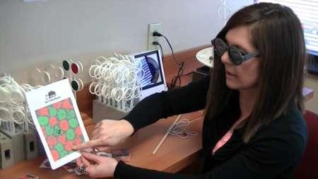 Женщина в очках рассматривает картинку