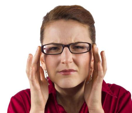 Женщина в очках щурится