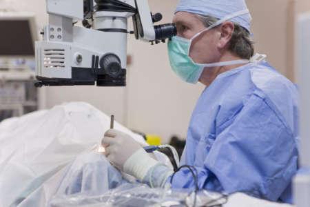Врач делает операцию на глаза