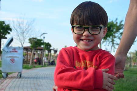 Улыбающийся мальчик в очках
