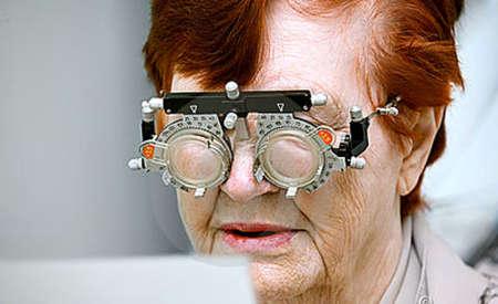 Женщине подбирают очки у офтальмолога
