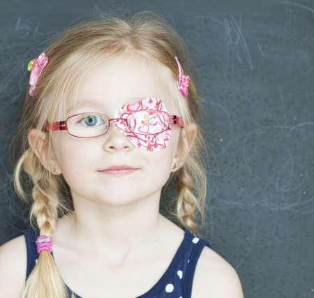 девочка в очках с одним закрытым глазом