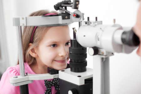 Девочка проходит обследование глаз