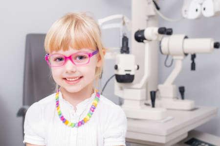 Улыбающаяся светловолосая девочка в очках