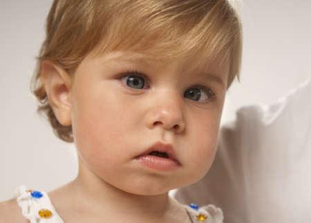 Приближенная фотография девочки с косоглазием
