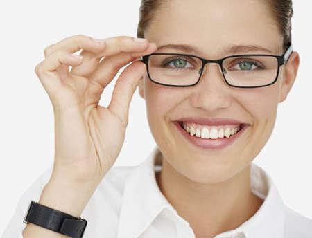 Девушка в очках улыбается
