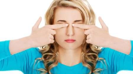 Девушка закрыла глаза пальцами