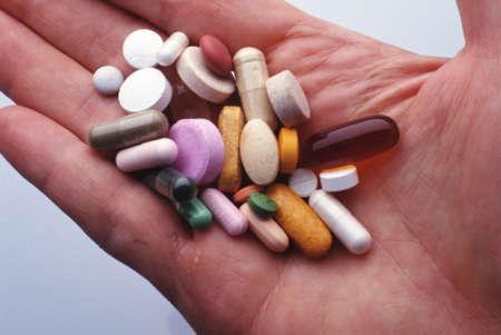 Антибиотики на руке человека