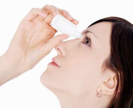 Девушка закапывает глаз