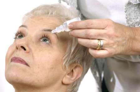 Женщине закапывают глаз