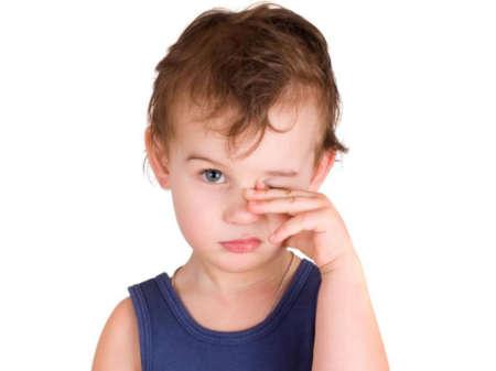 Ребёнок трёт глаз