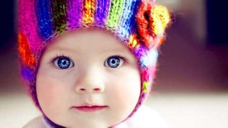 Голубоглазый малыш в яркой шапочке
