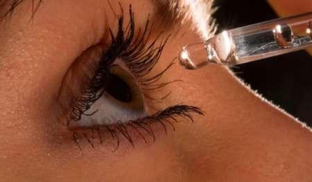Девушка закапывает глаз каплями
