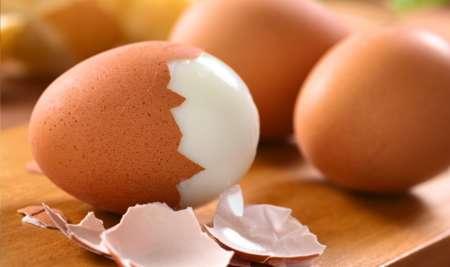 Наполовину очищенное яйцо