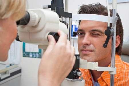 Мужчина проверяет зрение у врача