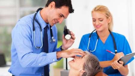 Женщина на приёме у врачей