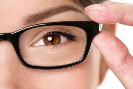 Кареглазая девушка в очках