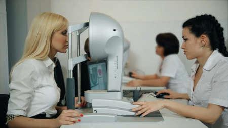 Девушка проходит обследование на приёме у офтальмолога