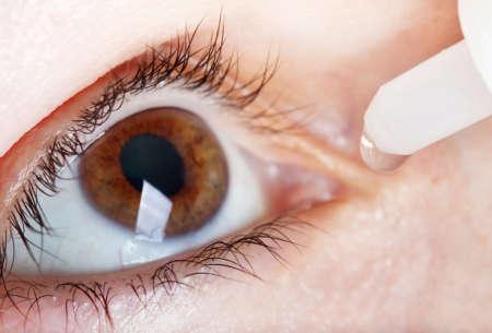 в глаз закапывают капли