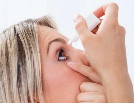 девушка закапывает капли в глаз