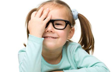 девочка в очках закрывает правый глаз рукой