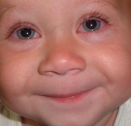 улыбающийся малыш с красными глазками