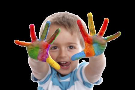 мальчик с разноцветными ладошками