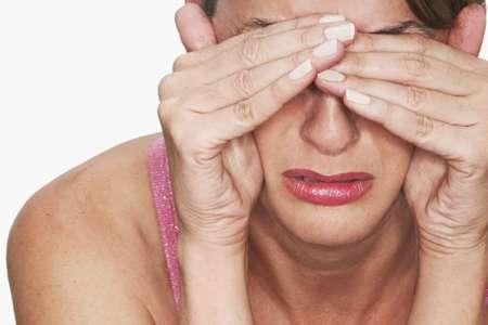 женщина закрывает глаза руками