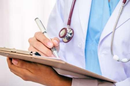 врач делает назначение
