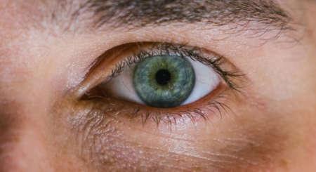 глаз человека с пораженной сетчаткой