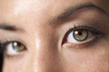 девушка с зелеными глазами