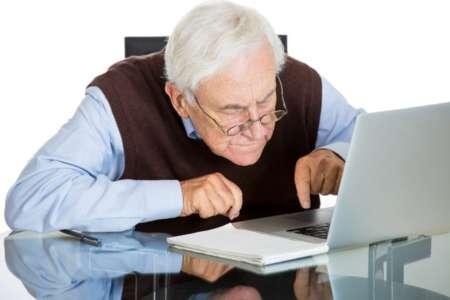 дедушка за ноутбуком