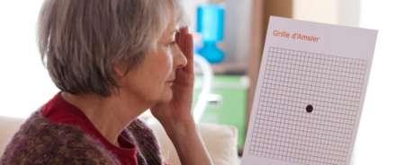 женщина проверяет зрение с помощью таблицы амслера